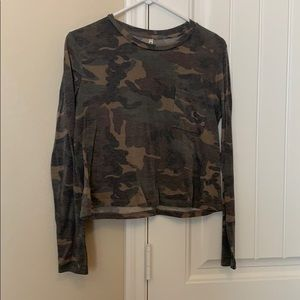 Camo cropped long-sleeved shirt